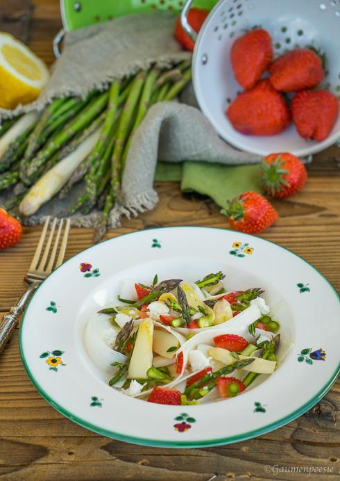 Spargelsalat mit Erdbeeren und Schafskäse