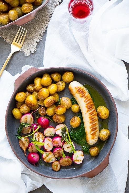 Kalbsbratwurst mit Schnittlauchöl, gegrillten Radieschen und jungen Bratkartoffeln