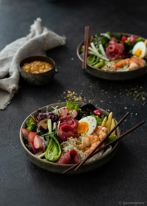 Ramen-Bowl mit Shrimps und Rinderfiletstreifen Rezeptbild