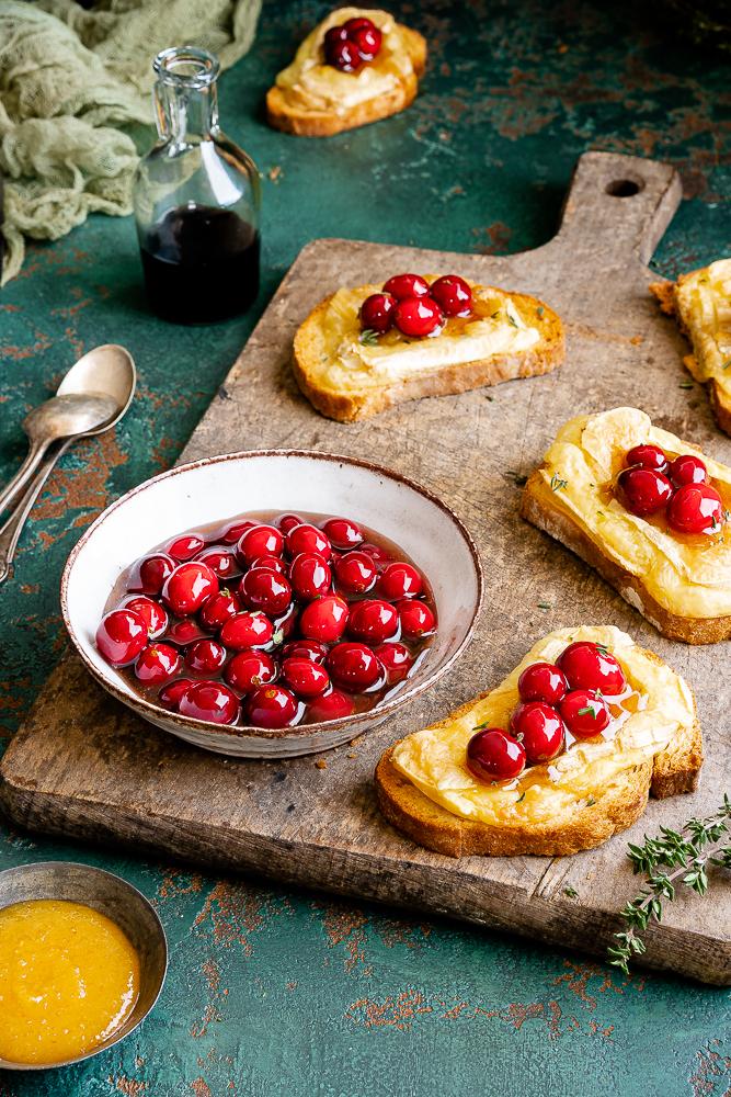 Balsamico-Cranberries mit Thymian und Camembert-Crostini 3