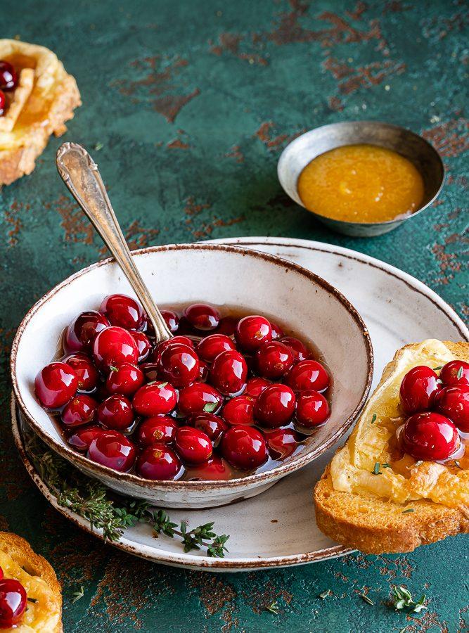 Balsamico-Cranberries mit Thymian und überbackenen Camembert-Crostini 1