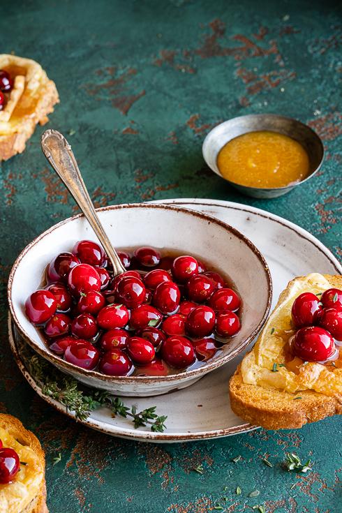 Balsamico-Cranberries mit Thymian und überbackenen Camembert-Crostini Rezept