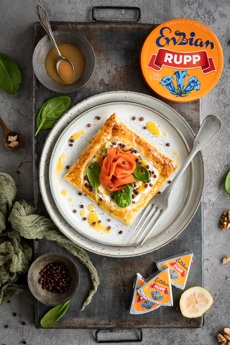 Räucherlachs-Tarte mit Linsen, Spinat und Orangensenf-Dressing 4