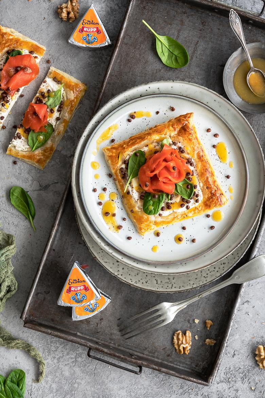 Räucherlachs-Tarte mit Linsen, Spinat und Orangensenf-Dressing 3