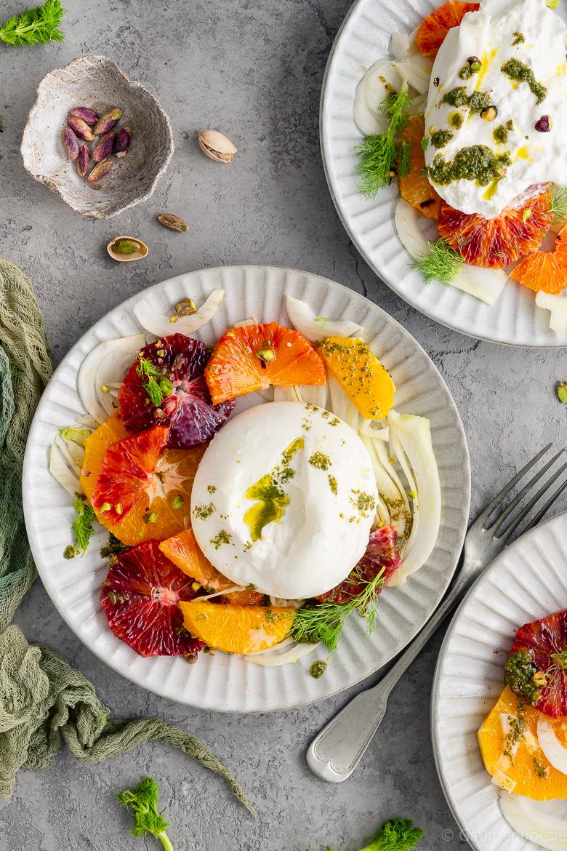 Bunter Orangensalat mit Burrata und Basilikum-Pesto - Gaumenpoesie